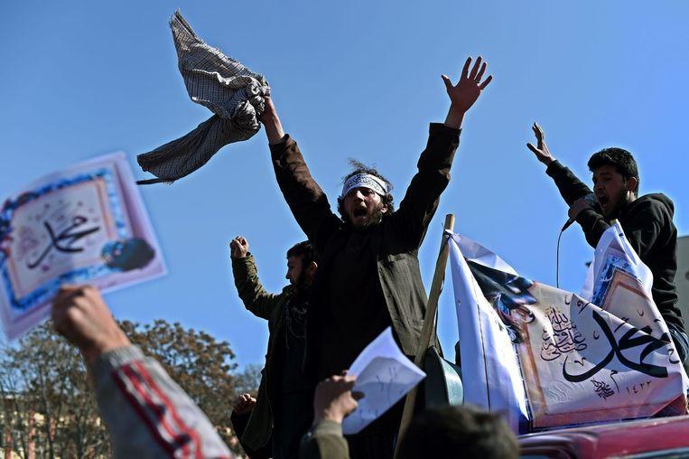 Demonstranten in Kaboel dragen borden met daarop de tekst 'We houden van Mohammed'
