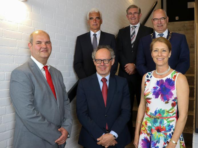 Het nieuwe college van burgemeester en wethouders van Maasdriel, inclusief de gemeentesecretaris. Van links naar rechts (achter) wethouder Peter de Vries, gemeentesecretaris Ad de Jong en burgemeester Henny van Kooten. Van links naar rechts (voor) de wethouders Erik van Hoften, Jan-Hein de Vreede en Anita Sørensen.