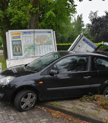 Automobilist richt ravage aan met botsing met plattegrondbord in Oisterwijk
