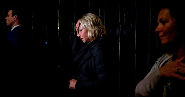 Minister Jeanine Hennis van Defensie na afloop van het debat over het fatale ongeluk met Nederlandse militairen in Mali. Beeld ANP