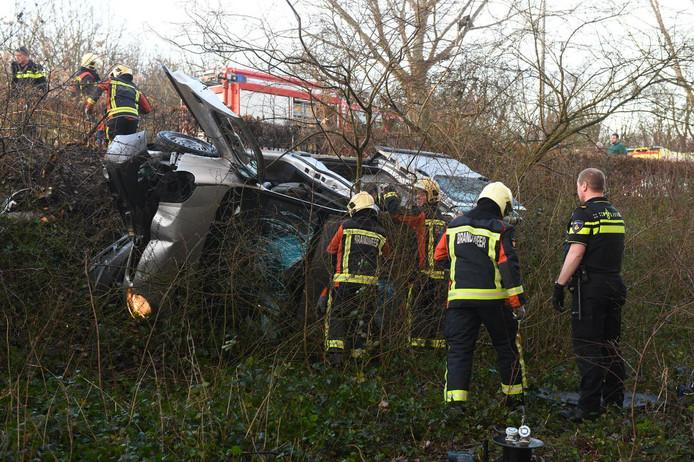 Op de Kalkovenweg in Alphen is een auto van de gemeente van de weg geraakt en tegen een boom gereden.