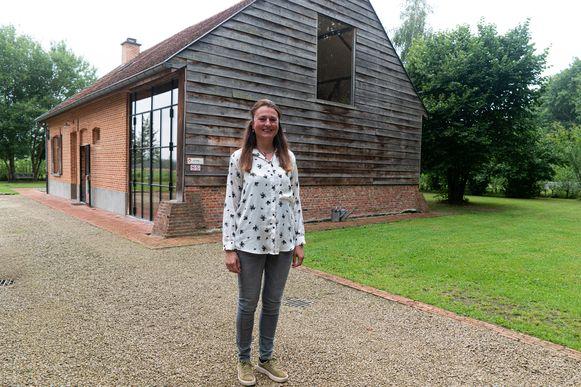 Anja Lammens voor haar vakantiehuis dat ze samen met haar vader volledig renoveerde.
