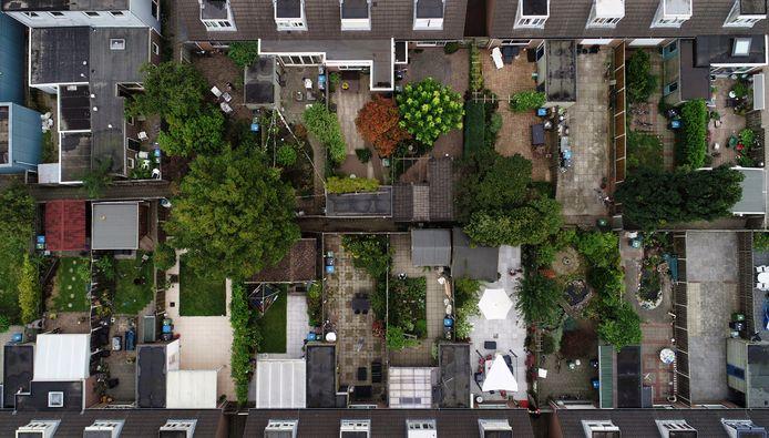 Veel huishoudens vinden de buitenruimte bij hun huis niet groot genoeg. De laatste decennia is de oppervlakte van Nederlandse tuinen kleiner geworden.