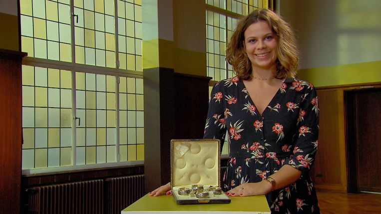 Julie is maandag te zien in Stukken van Mensen met een setje zilverwerk van Louis Wolfers