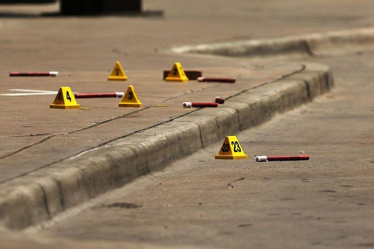 Markeringen van de politie op de plaats delict in Dallas Beeld afp