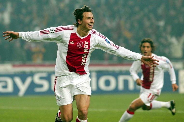 Zlatan Ibrahimovic viert zijn treffer namens Ajax tegen AS Roma op 12 oktober 2002. Beeld ANP