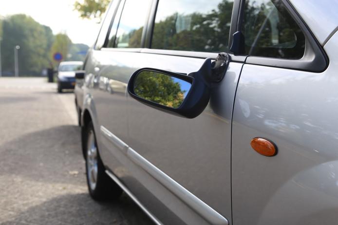 Vernielde auto's op de Rachelsmolen in Eindhoven