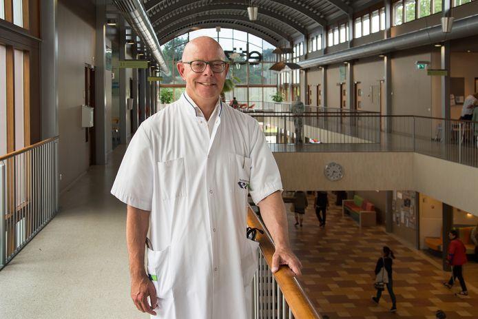Neuroloog prof. dr. Leo Visser schreef 'Menselijkheid in de zorg'.
