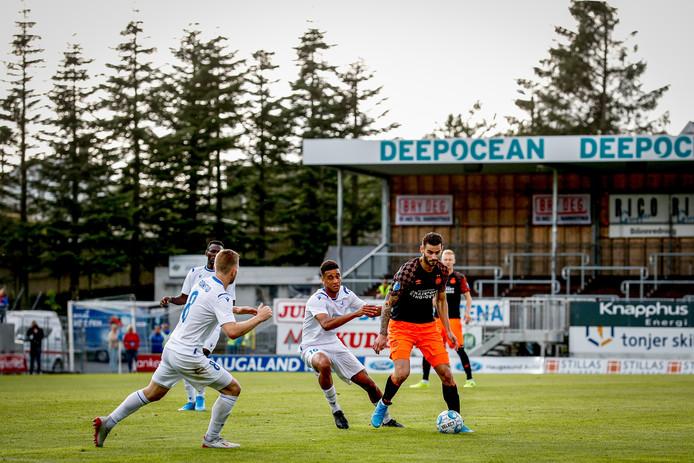 Gaston Pereiro schermt de bal af tijdens het uitduel tegen FK Haugesund, eerder dit jaar in Noorwegen.