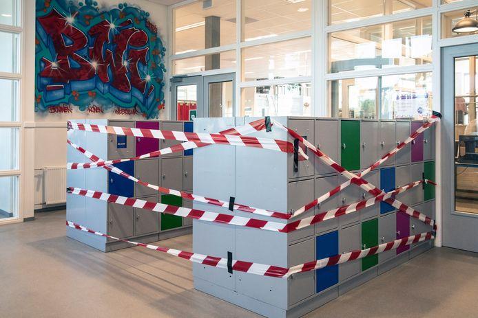 Op de locatie Meeuwse Acker van het Mondial College zijn alle plekken waar leerlingen niet mogen komen, afgezet met rood-wit lint.