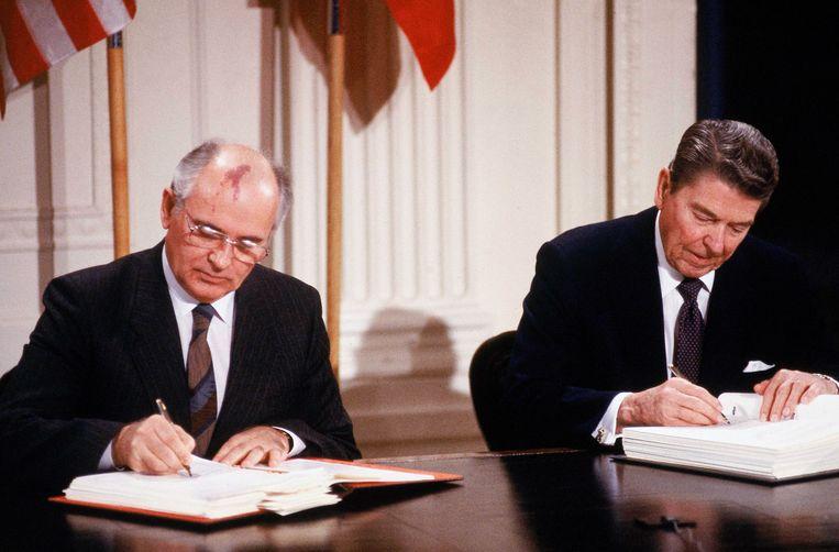 Mikhaïl Gorbatsjov en Ronald Reagan bij de ondertekening van het verdrag in 1987.