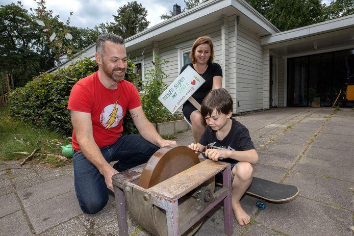 Sten Janssen met zijn vader Paul en moeder Simone.