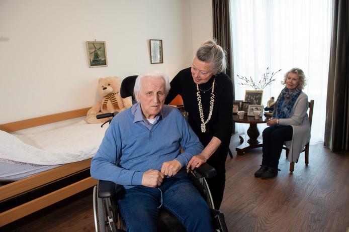 Bart Beunk verblijft na een moeilijke periode in Casa Bonita sinds enkele maanden in het Staatsliedenhuis. Zijn vrouw Wil komt vaak op bezoek. Ook Heleen Buitenhuis (achtergrond) neemt daar geregeld een kijkje.