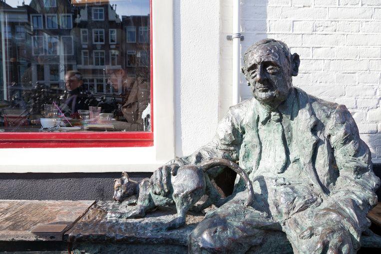 Standbeeld De Vaste Klant op de Looiersgracht. Beeld Roï Shiratski
