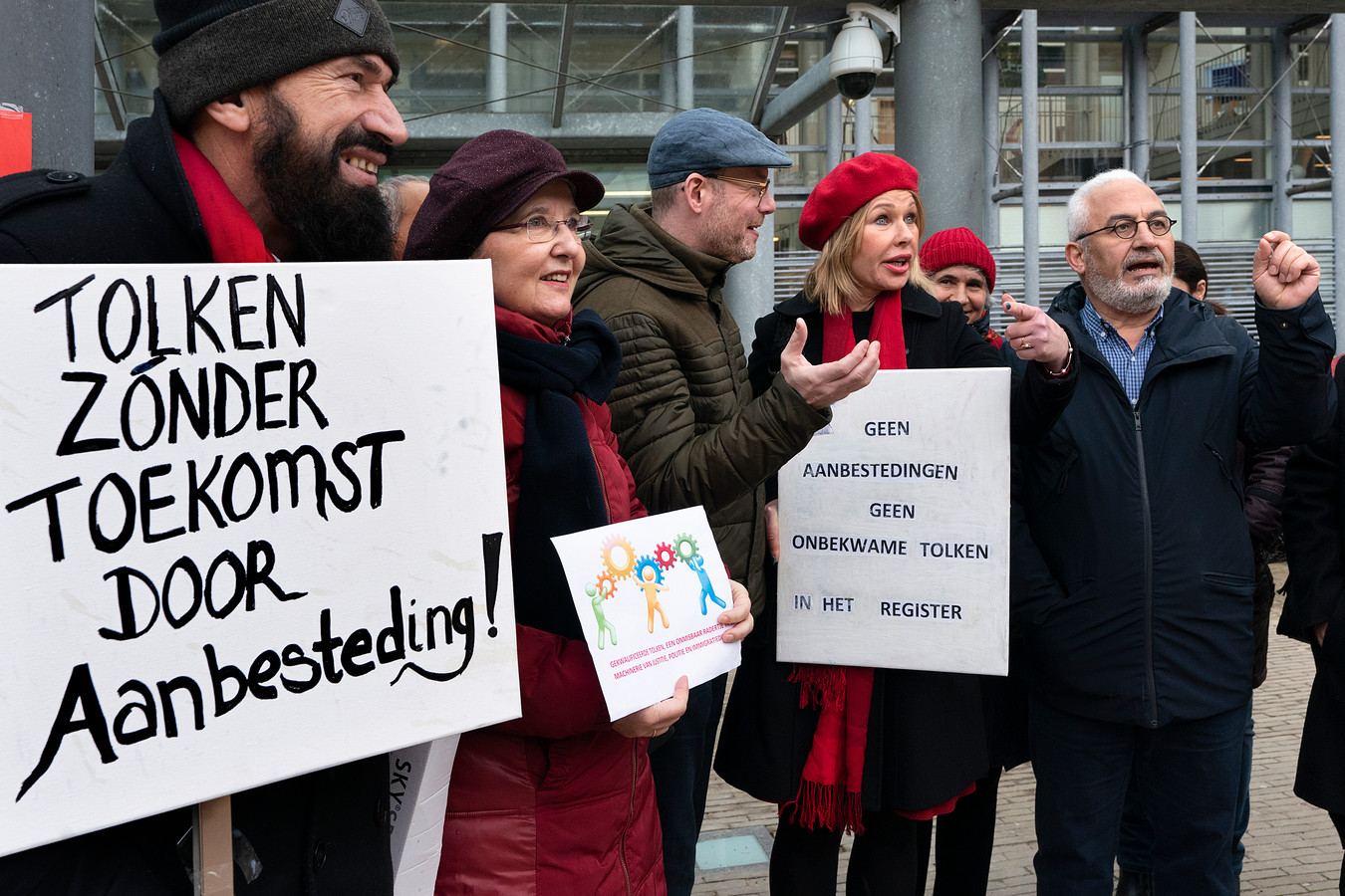 Tolken en vertalers demonstreerden woensdag bij het Paleis van Justitie in  Den Bosch.