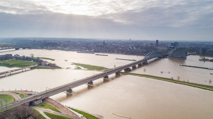 Dronefoto's van het hoogwater in Nijmegen.
