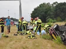 VIDEO: Auto slaat over de kop op A58 Tilburg; één ernstig gewonde
