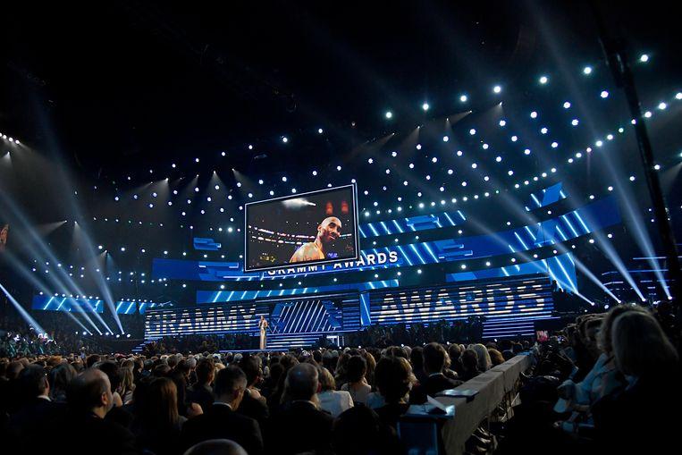 Host Alicia Keys eert de omgekomen Kobe Bryant tijdens de opening van de Grammy-uitreiking Beeld Getty Images
