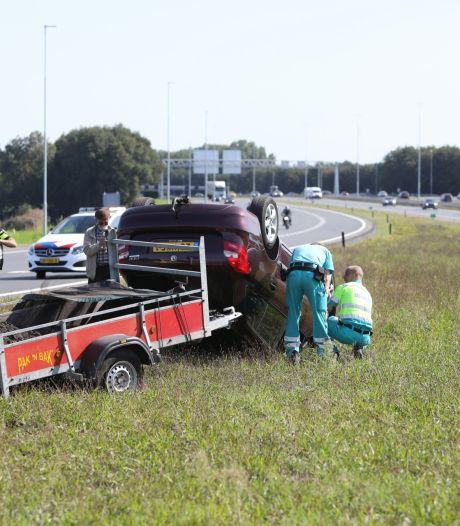 Auto met aanhanger slaat over de kop op Rijksweg A1 in Eemnes