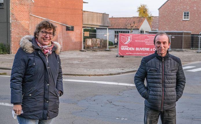 Café De Sportvriend is er niet meer. Schepen Daisy Haydon en Jan Stevens.
