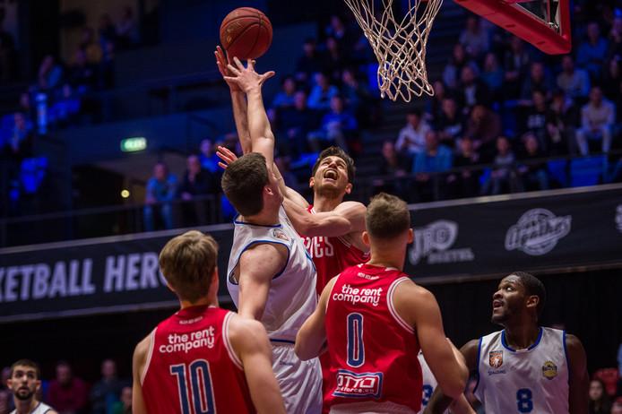 Het wordt voor Heroes Den Bosch en de andere Nederlandse basketbalclubs steeds meer de vraag of dit seizoen nog uitgespeeld kan worden.