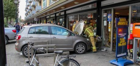 Auto rijdt tegen winkel op Admiraalsplein in Dordrecht