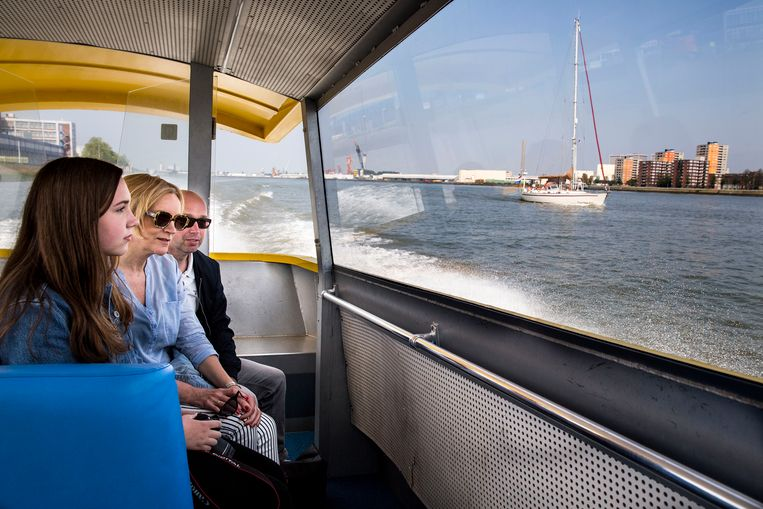 Toeristen genieten van het uitzicht vanaf de watertaxi. Beeld null