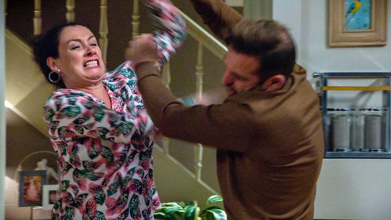 Patsy Van der Meeren (Gloria) & Gunter Levi (Peter) zien hun ruzie uitmonden in een gevecht met geweld.