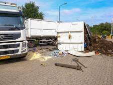 Bende op Wolfsputter Baan in Helmond: inhoud gekantelde vrachtwagen ligt op straat
