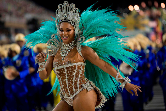 Een danseres van de samba-school 'Unidos da Tijuca' showt ingespannen haar kunsten tijdens de tweede avond van het carnaval in Rio de Janeiro, Brazilië. Foto Mauro Pimentel