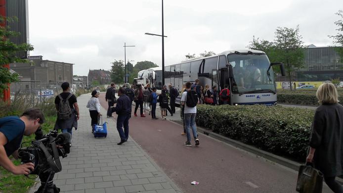 De NS zette op station Tilburg bussen in.