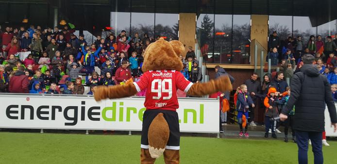 PSV 'ontzorgt' aanstaande vrijdag veel ouders door 300 kinderen op De Herdgang en in het Philips Stadion een sportief programma aan te bieden.