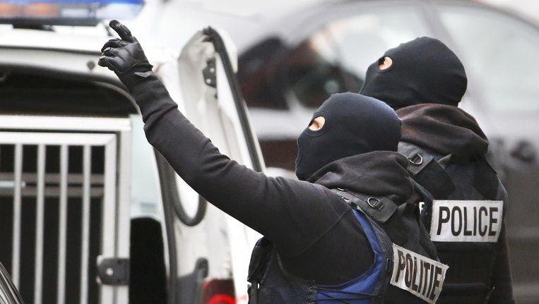 Belgische agenten vandaag tijdens huiszoekingen in Molenbeek. Beeld reuters