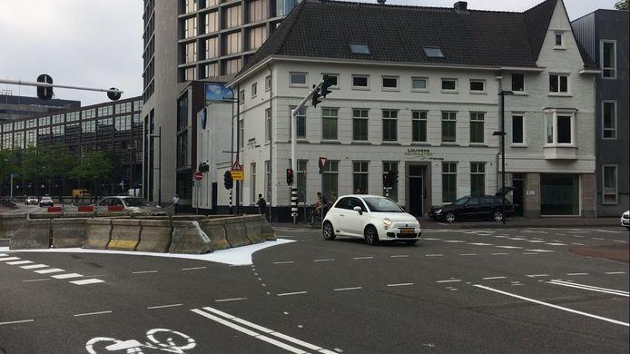 'Slimme' automobilisten omzeilden eenvoudig de tijdelijke barrière ('knip') op de kruising Vestdijk-Kanaalstraat-Ten Hagestraat in Eindhoven.