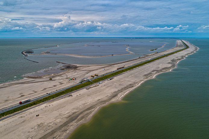 Houtribdijk tussen Enkhuizen en Lelystad is versterkt met zand en steen zodat deze weer voldoet aan de veiligheidsnorm van de Waterwet.