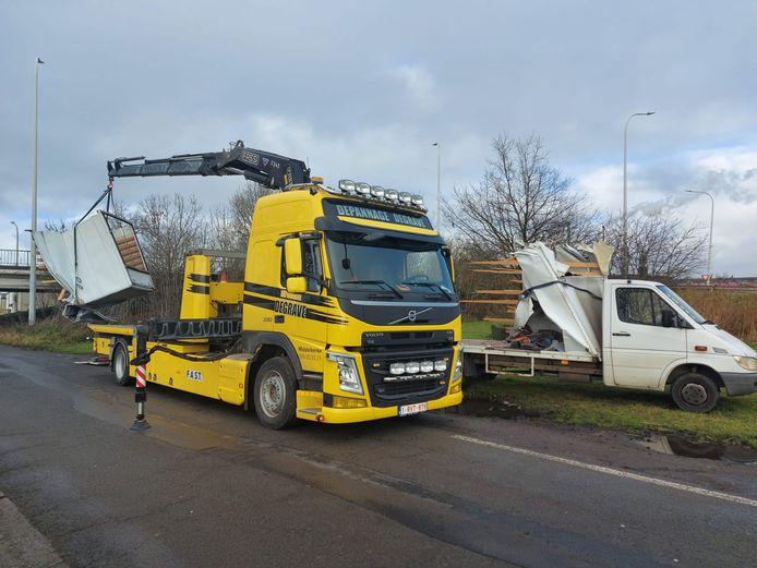 Depannagedienst Degrave uit Middelkerke werd opgeroepen om de lichte vrachtwagen te takelen.