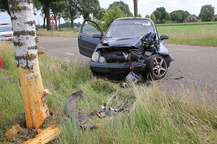 De auto van de vrouw liep flinke schade op.