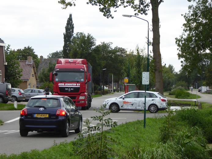 Dagelijkse drukte op de kruising in Polsbroekerdam; een minirotonde moet de veiligheid verbeteren.