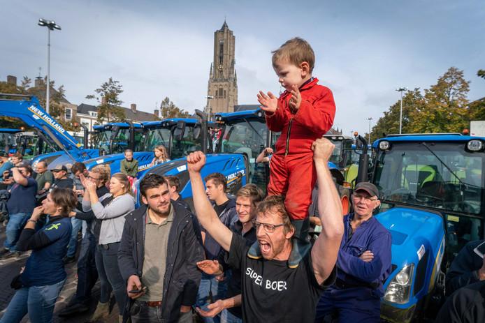 Boeren uit Gelderland protesteren bij het provinciehuis in Arnhem.