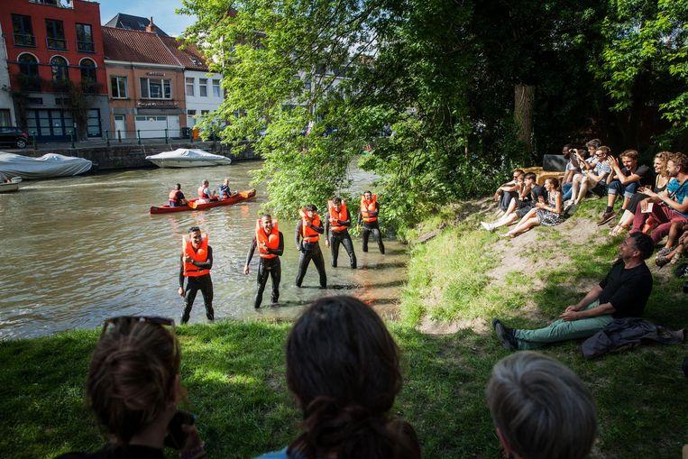 Vorig jaar op Batahlan: vijf vluchtelingen brengen het 'We-verdrinken-bijna-in-de-Middellandse-Zee'-waterballet.