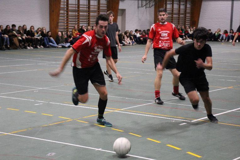De leerkrachten namen het in een partijtje voetbal op tegen de leerlingen. Die laatsten moesten in de verlengingen net de duimen leggen.