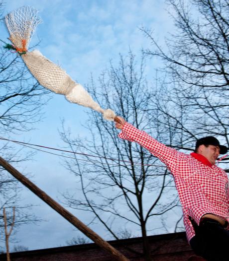 Al paardrijdend de kop van een dode gans af trekken: dierenkwelling of pure folklore?