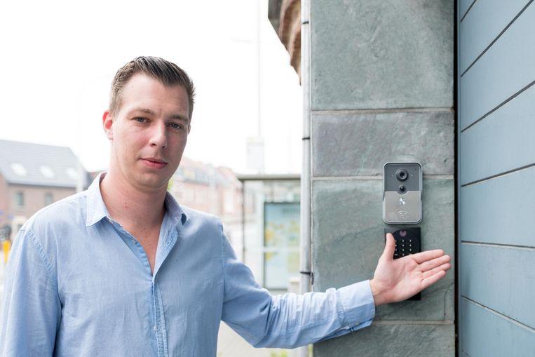 Directeur Vincent Nys van NewFusion opent de poort met de chip in zijn hand.