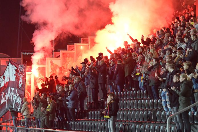 Het vuurwerk tijdens Go Ahead Eagles - FC Dordrecht als steunbetuiging aan een zieke medesupporter
