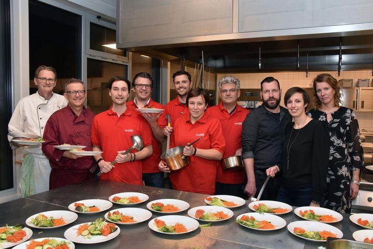 Directieleden en leerkrachten die meewerkten in de keuken.