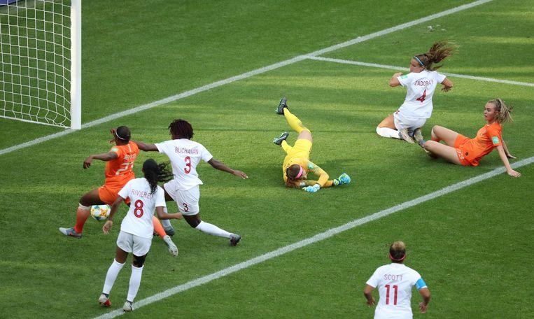 Amper vijf minuten in het veld tikt Lineth Beerensteyn de winnende treffer in het Canadese doel. Daarmee  sluit Nederland de groepsfase af met drie keer winst en de volle negen punten. Beeld REUTERS