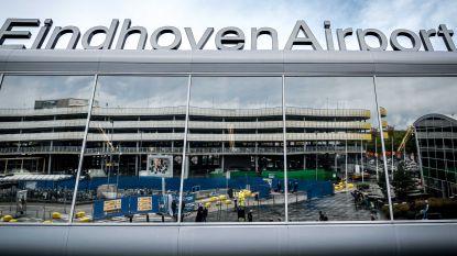 Driehonderd reizigers slapen op veldbedden op Eindhoven Airport