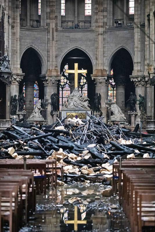 Een beeld van de ravage in de Notre-Dame in Parijs.
