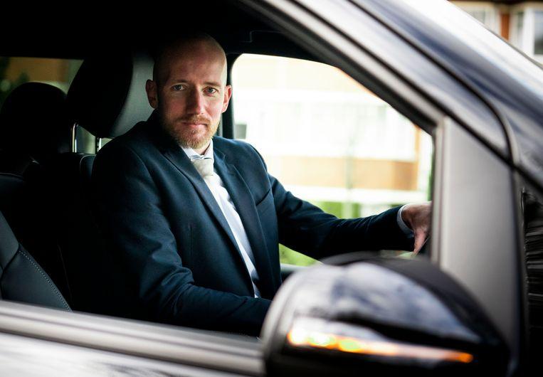 Martin Langereis in zijn taxi bij het Malieveld. De demonstranten willen dat er vanwege een overvolle taximarkt een tijdelijke taxistop komt en dat er een verbod komt op concurrent Uber.  Beeld