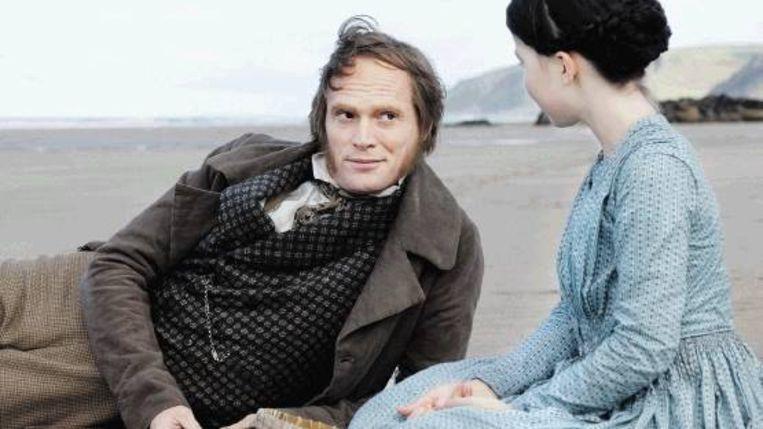 Darwin met zijn dochter Annie op het strand. (Trouw) Beeld